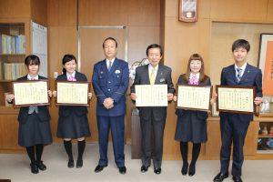 名仁澤署長(左から3人目)と名倉組合長(右から3人目)、詐欺被害を防いだ職員ら