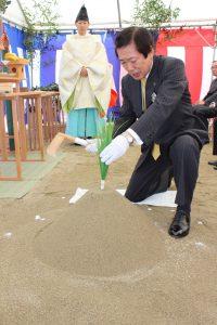 地鎮の儀を行うJAの名倉正裕組合長