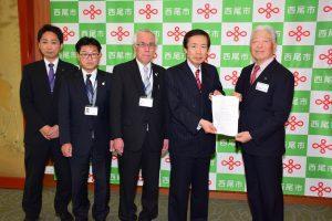 榊原市長(右端)へ要請書を手渡すJAの名倉組合長(右2人目)ら役職員
