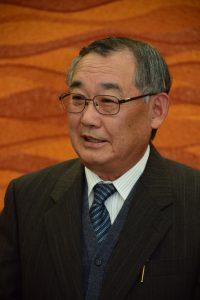 就任あいさつを述べる犬塚新部会長