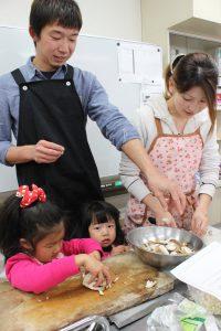 親子料理教室ではお父さんも一緒に野菜を美味しく料理します