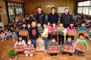 寄贈に訪れた蛭川会長(後列中央)ら西尾4Hクラブのメンバーと園児