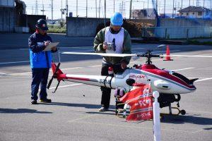 離陸前の安全確認を行う選手と見守る審査員