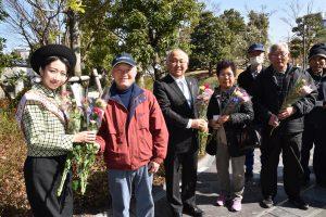 外山会長(左から3番目)と共に、来場者に無料の花束を手渡すアグリレディ