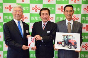 目録を手渡す名倉組合長(中央)、榊原市長(左)と鈴木代表(右)