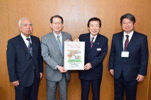 PRポスターを持つフロンティア西尾の伊藤理事長(中央左)、JAの名倉組合長(中央右)