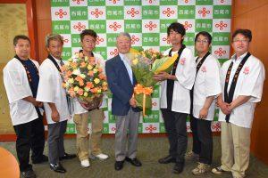 榊原市長(右から4番目)へバラの花束を贈呈する稲垣組合長(右から3番目)と同組合役員の生産者ら
