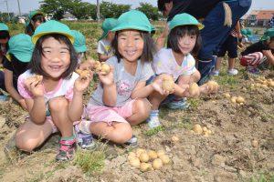 収穫を楽しむ園児ら