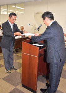 都築常務より修了証書を受け取るステップアップコース卒講生(左)