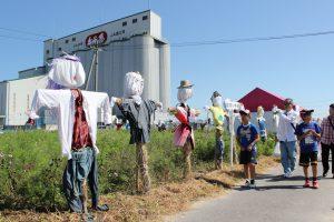 「農業まつり」では市内の小学生の作ったかかしが一堂に会する