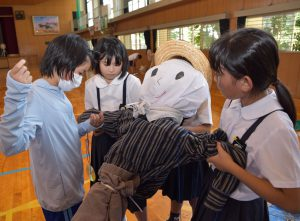 器用に裁縫する児童ら