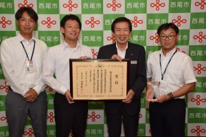西尾市の中村市長(左2人目)を表敬訪問した名倉組合長(右2人目)