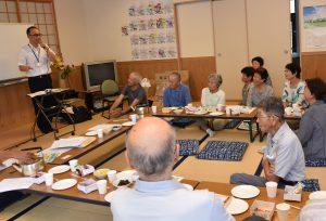 講演する浅井支店長(左)と参加者ら
