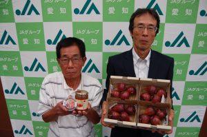 イチジクと加工品を手にする加藤部会長(右)と尾崎副部会長(左)