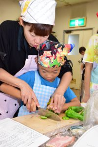 親子協力して料理に取り組む