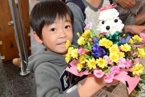 フラワーアレンジ教室では、西尾産のバラやカーネーションを使った花束やアレンジフラワー作りを楽しむ