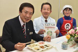 試食する名倉組合長(左)と宮本氏(中央)、杉浦部長(右)