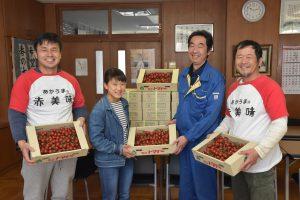 藤澤給食委員長(左2番目)へミニトマトを手渡す天野さん(右端)、竹内さん(左端)とJA担当者
