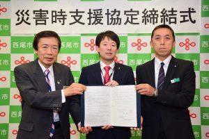 協定を交わしたJAの名倉組合長(左)、㈱エーコープあいちの鈴木社長(右)、西尾市の中村市長(中央)