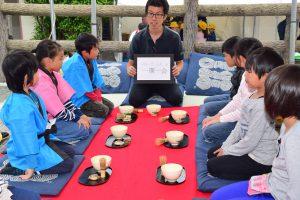 野点を通して「一期一会」の言葉を学ぶ西野町小学校の児童ら