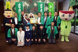 愛知県の大村知事(後列中央)と、寄贈に訪れたメンバーら