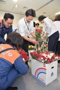 好みのバラの花束を選ぶ市職員ら