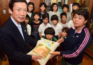 佐久島小学校の児童とJAの名倉組合長(左端)