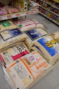 スギ薬局の店頭に置かれた「愛知県西尾市産こしひかり」(手前)