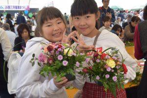 「花育教室」でアレンジフラワー作りを体験