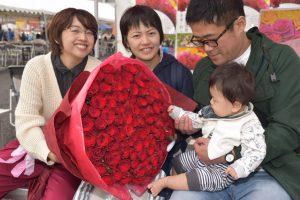 100本のバラと触れ合う家族連れ