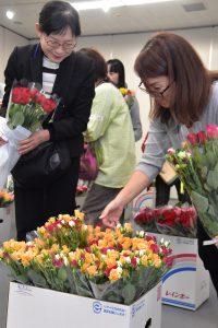 バラの花束を嬉しそうに選ぶ市職員ら