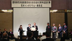 大村知事から表彰される颯田さん