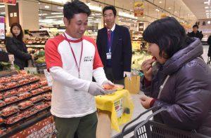 店頭で自慢の「赤美味」をPRする生産者(左)