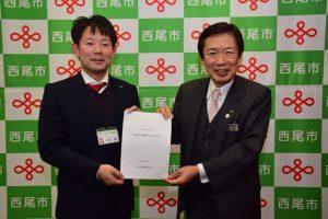 西尾市の中村市長(左)に要望書を手渡すJAの名倉組合長(右)