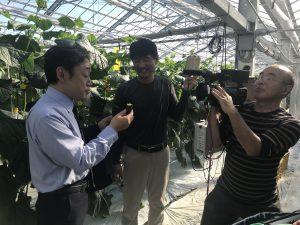 石井正則さん(左)のインタビューを受ける生産者の下村堅二さん(中央)