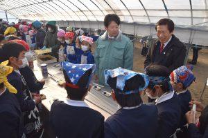 児童と交流する名倉組合長(右)、中村市長(中央)