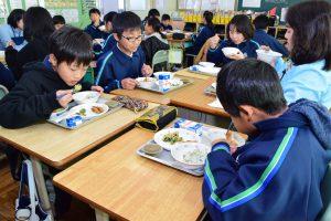 笑顔で給食を楽しむ花ノ木小の児童ら