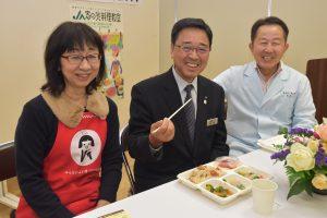 試食する齋藤専務(中央)と宮本氏(右)、朝岡部長(左)