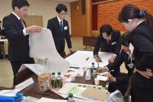 商品企画に取組む参加した学生ら