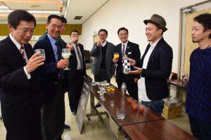 「sakushima ~咲島~」のカクテルを味わう参加者ら
