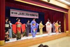 三和支部の着付けクラブ発表では、三和支店の女性職員に着物を着つけた