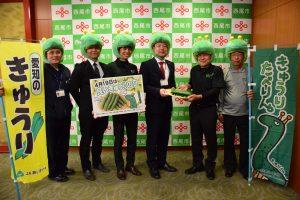 中村市長(右3人目)に寄贈品を手渡す平井部会長(右2人目)らキュウリ生産者