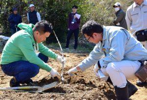 定植について県の担当者から説明を受ける受講生(左)