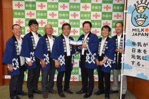 中村健市長に牛乳を寄贈する愛知県酪農農業協同組合西尾支所のメンバーら