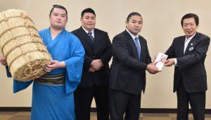 右から順に、目録を手渡す名倉組合長、佐ノ山さん、秀ノ山さん、竜虎関