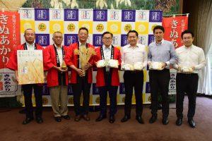 大村知事(中央)と、知事公館を訪問した市川部会長(左3番目)ら麦生産者(左側3人)、㈱セブン―イレブンの担当者ら(右側3人)