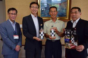 県庁へ報告に訪れた鈴木会長(右2人目)、市の山﨑部長(左端)、JAの鈴木部長(右端)と、県総務局の横井局長(左2人目)